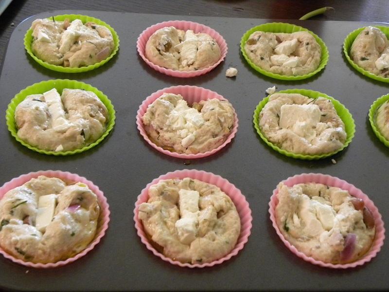 ψωμάκια σε φόρμες σιλικόνης με φέτα εικόνα