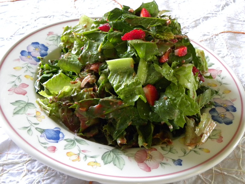 Ανοιξιάτικη Πράσινη Σαλάτα με Φράουλες και Φέτα και φράουλες φωτογραφία