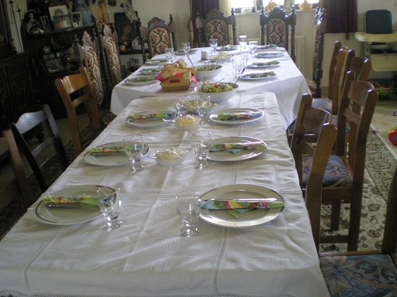 Το τραπέζι έτοιμο πριν την Ανάσταση εικόνα