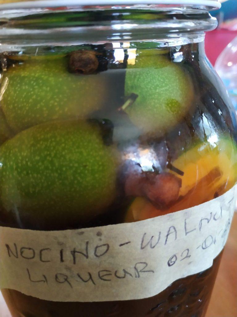 Καρύδια στο βάζο με αλκοόλ και μπαχαρικά εικόνα