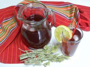 Μιά κανάτα και ποτήρι με παγωμένο τσάι του βουνού εικόνα
