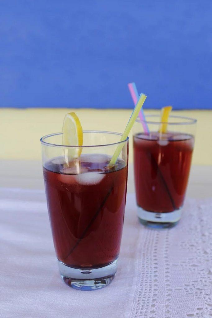 Δυό ποτήρια με παγωμένο τσάι του βουνού εικόνα