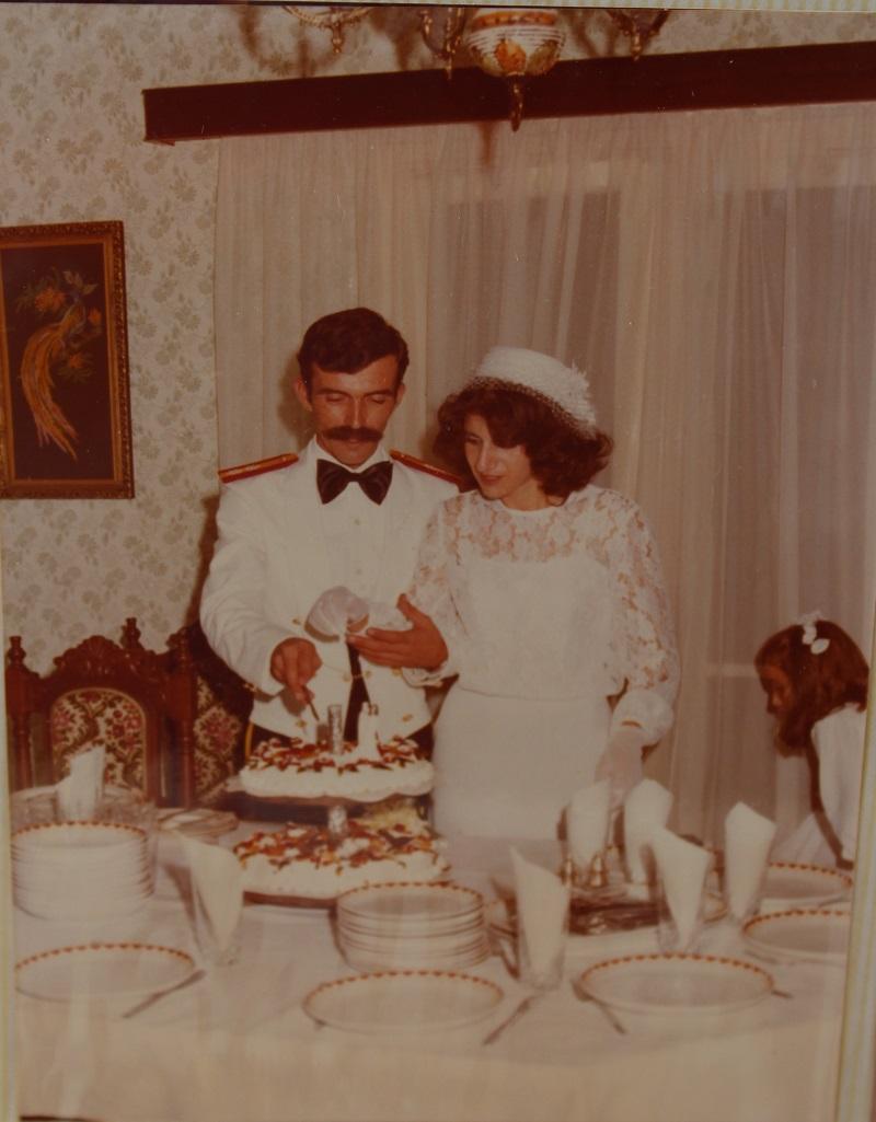Ο Δημήτρης και εγώ κόβουμε την τούρτα του γάμου μας εικόνα