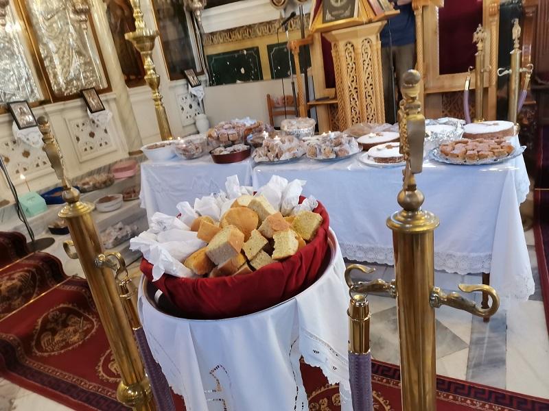 Φανουρόπιτες μέσα στην εκκλησία εικόνα