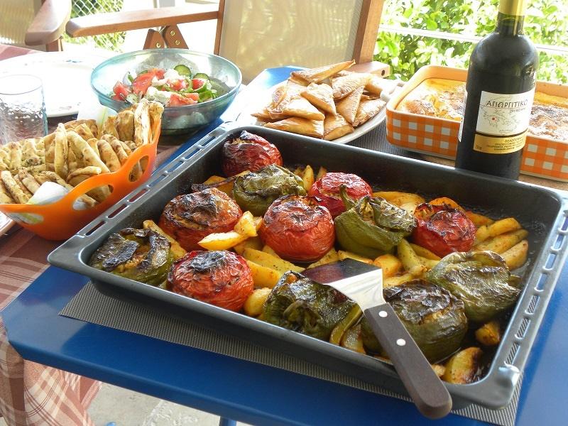 γεμιστά και άλλα φαγητά στο τραπέζι εικόνα