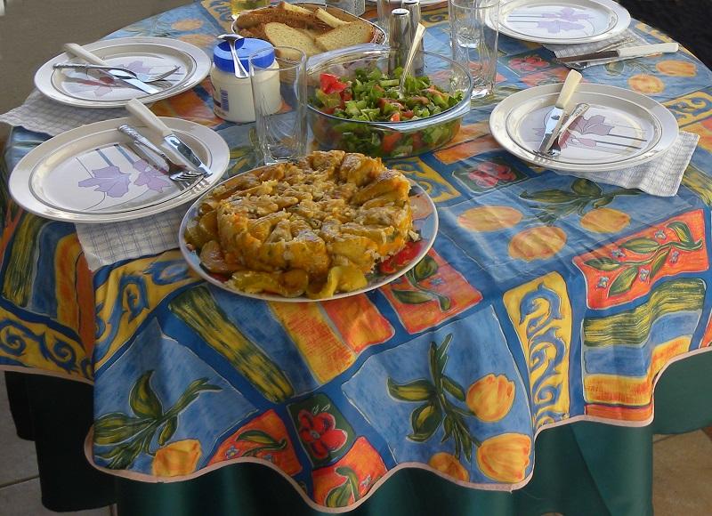 τραπέζι στρωμένο με Κυπριακά φαγητά εικόνα