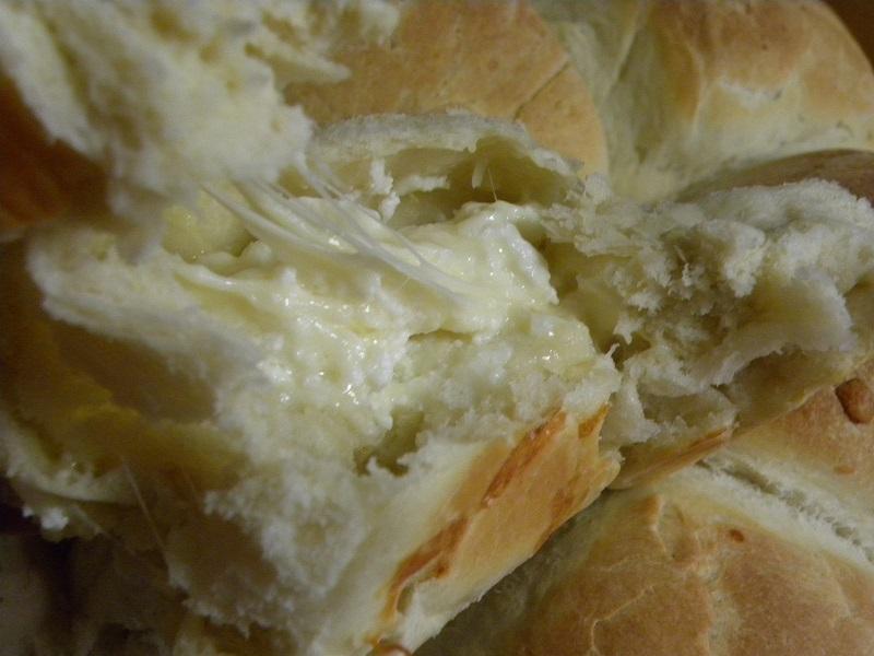 κομμένο ψωμάκι με λιωμένο τυρί μέσα εικόνα