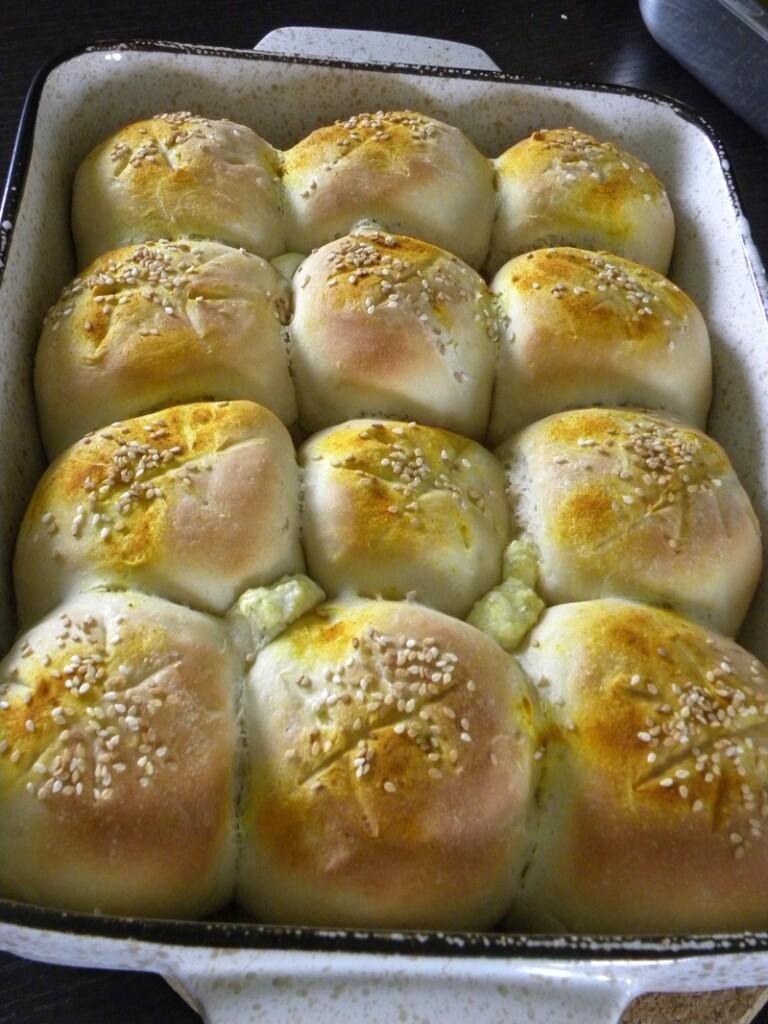 Κολλητά ψωμάκια με διάφορα τυριά και κιτρινόριζα εικόνα